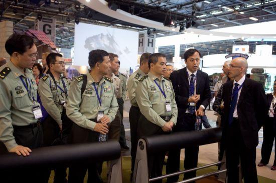 资料图:2014年欧洲国际防务展上出现的中国军方人员
