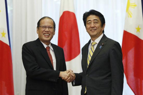 当地资料图:时间2014年6月24日,日本东京,菲律宾总统阿基诺三世访问日本,与日本首相安倍晋三举行会晤。
