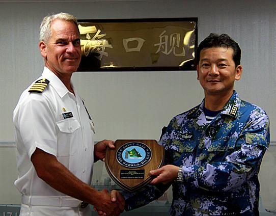珍珠港基地司令詹姆斯上校向编队指挥员赵晓刚赠送希卡姆联合基地徽章。 吴敏摄
