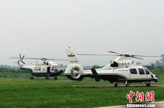 直8、直9直升机抵达驼峰通用机场。(中国新闻网)
