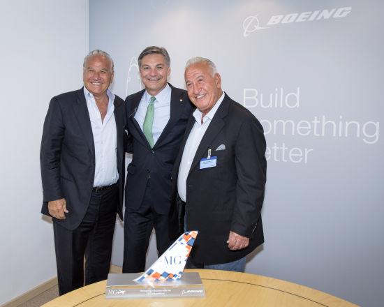 新浪航空讯 7月16日, 2014年范堡罗国际航展的第三天,波音继续收获来自卡塔尔航空、海南航空、阿尔及利亚航空及MG航空的确认订单及承诺订单。   卡塔尔航空宣布已经完成了50架777-9X的订单。卡塔尔航空还宣布了另外50架777-9X和8架777货机的订购意向。按当前目录价格计算,上述所有订单的总价值超过400亿美元。卡塔尔航空首席执行官Akbar Al Baker表示:卡塔尔航空持续建设成功的机队。波音777一直是我们的主力机型,与卡塔尔航空所秉承的高标准相得益彰。我们期待凭借新一代777-9