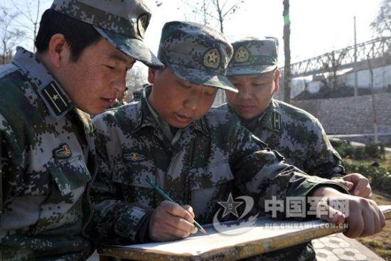 资料图:解放军官兵研究作战地图