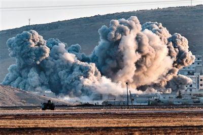 """10月8日,叙利亚北部边境地区,美军战机对""""伊斯兰国""""武装发动空袭后,腾起巨大烟雾。"""