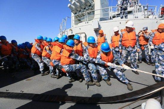 资料图:海军舰员在进行补给作业