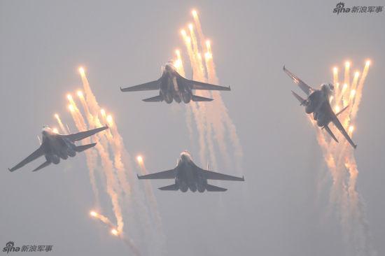 """11月10日,俄罗斯""""勇士""""飞行表演队的苏-27战斗机在珠海航展中心上空发射曳光弹。当日,参加第十届中国国际航空航天博览会的俄罗斯""""勇士""""飞行表演队在珠海进行飞行表演。"""