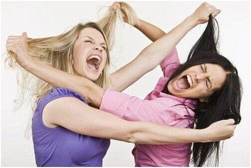 两女子打架示意图图片:越南媒体