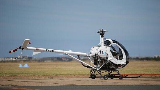 该直升机被运回飞机棚。