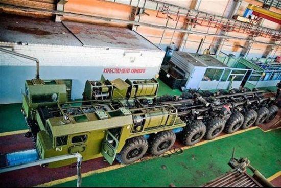 资料图:白俄罗斯明斯克国营车辆厂(原名)组装的8轴联动重型载车