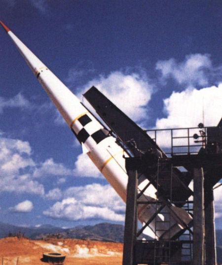 """资料图:中国""""反击1号""""反导导弹,其外形与美国""""冲刺""""基本相似,都是以尽量大的固体火箭发动机取得极高的加速度,A-35也与之类似,呈现出""""前小后大""""的外形特征"""