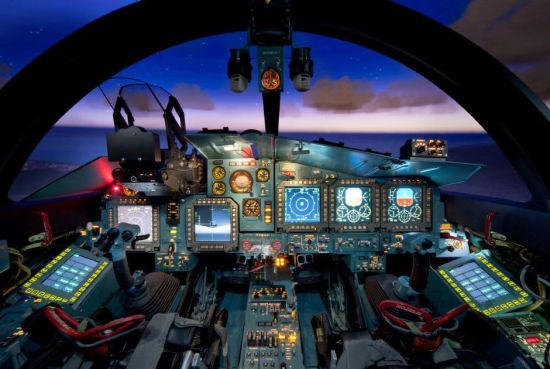 资料图:苏34采用并列双座的宽敞座舱,内置多达7块大型液晶显示器,彻底摆脱原苏制战机仪表盘一统天下的局面。