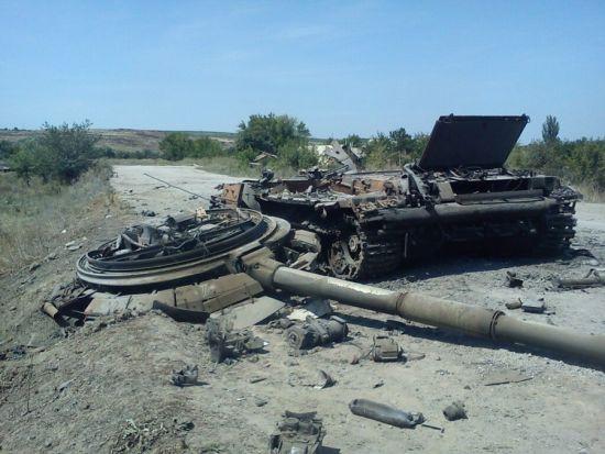 资料图:乌克兰内战还在继续,图为乌克兰政府军被击毁的T64坦克