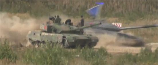 中國隊首發坦克發生故障,可能是右側誘導輪損壞,亞美尼亞隊趁機超車(比賽為計時賽,不過車輛損壞可能有嚴重罰分)