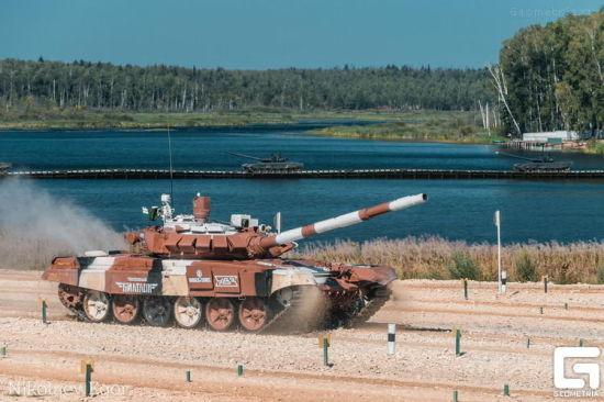 资料图:T-72B3M最明显的特征就是炮塔上略显高大的改进型观瞄系统,然而在比赛中T-72B3M的新式观瞄并没有给行进间射击反应速度带来多少改善。
