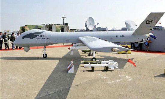 资料图:我国展出的翼龙无人机,后面是它的地面控制站
