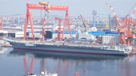 资料图:辽宁舰从干船坞转移到码头,舰体已经焕然一新。