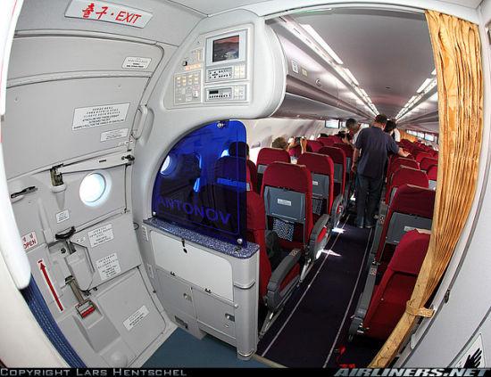 在注册号为P-671的朝鲜高丽航空安-148飞机上拍摄到的客舱内部情况。