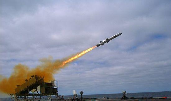 资料图:今年环太平洋演习中,在中国参演舰艇回家后,美军试射了挪威NSM导弹,NSM导弹具有隐身、复合制导、射程远等优势,引起了美军的注意