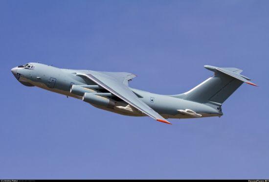 据国外军事网站russianplanes 3月25日最新发布的照片显示,一架疑似为中国空军部队建造的伊尔-78大型空中加油机正在试飞。这张照片中,一架正在试飞的伊尔-78加油机刷涂了与中国空军伊尔-76新式涂装十分相似图案。该涂装很有特点,上蓝下白,在机体前端有波浪状的边缘。