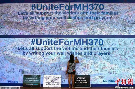 3月19日,马来西亚八打灵再也(Petaling Jaya),民众在签名板上签名为马航MH370祈福