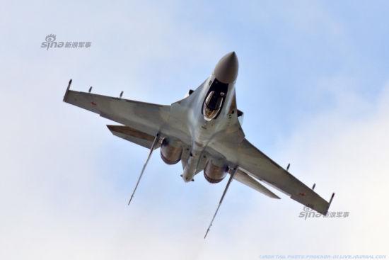 2014年8月中旬,在俄罗斯阿穆尔共青城航空厂建厂80周年纪念活动上,俄罗斯最新一代侧卫战机纷纷升空进行了精彩的飞行表演。包括苏-27SM、苏-30M2、苏-35战机等。其中一架升空表演的苏-35战机重新喷上了经典的蓝天白云涂装,比起04号苏-35的深紫色涂装要漂亮不少!
