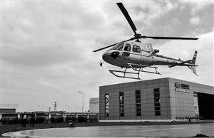 4月8日,在浙江宁波捷德航空・易达中心,工作人员试飞一架即将交付客户的直升机 新华社发