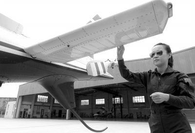 女飞行员在检查飞机,做起飞前准备。京华时报记者欧阳晓菲摄