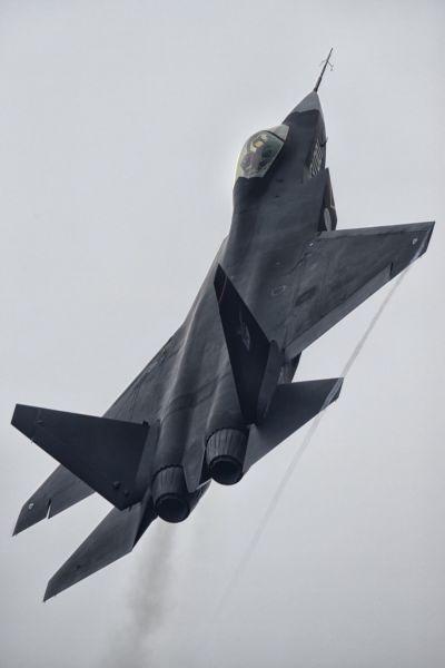 """在第十届珠海航展上,国产第四代战斗机歼-31""""鹘鹰""""进行了精彩的空中飞行展示,不少现场观众都用手机、相机记录下了""""鹘鹰""""飞行表演的精彩瞬间。图为国产第四代战斗机再爆新图 ,发动机发动机加力清晰可见。(作者:女乃牛一号)"""