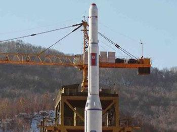 """材料图像:朝鲜2012年发射长途火箭""""星河3号""""。"""