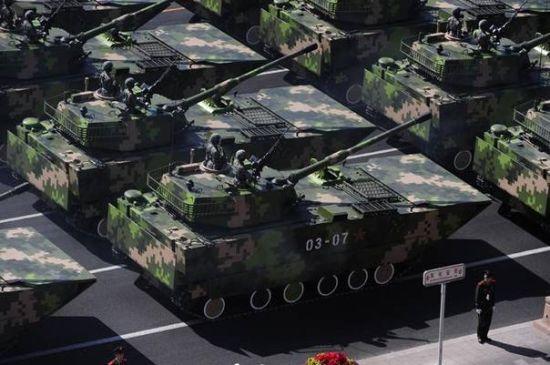 国庆60周年两栖突击车方队接受检阅。新华社记者陈树根摄