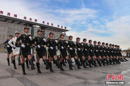 资料图:三军仪仗队女兵步伐铿锵有力。梁振 摄