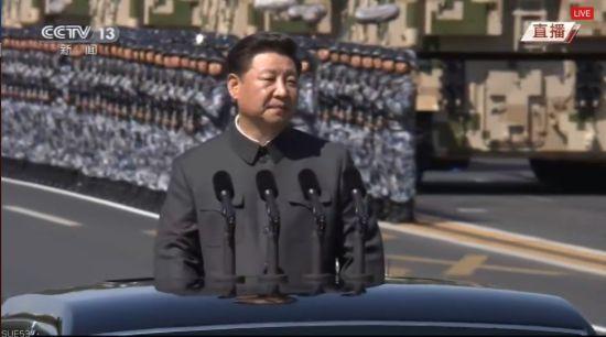 习近平乘车检阅受阅官兵