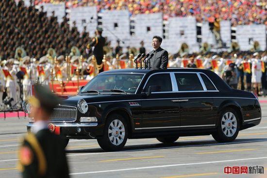 """习近平乘坐国产""""红旗"""" 检阅轿车阅兵"""