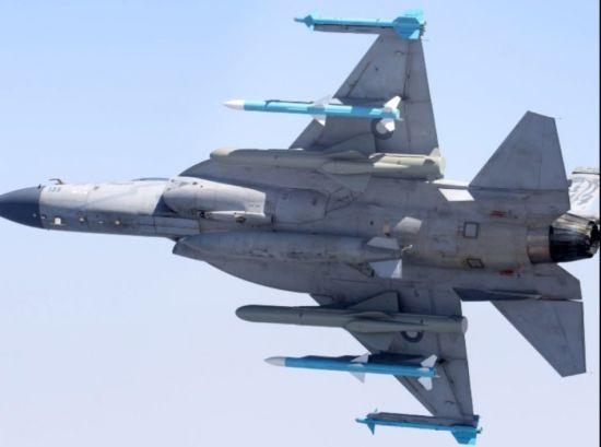 """近日,有网友爆光了巴基斯坦空军装备的""""枭龙""""战斗机实装满挂载图片,并称在服役9年后终于达到了Block I全状态。图上我们能看到枭龙JF-17战机加挂了两枚PL-5EII格斗导弹、两枚SD-10A中距导弹、两枚疑似出口型KD-83空舰导弹。巴基斯坦空军自2007年装备JF-17""""枭龙""""战机以来?"""
