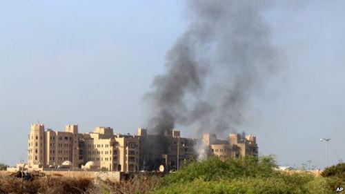 位于亚丁的也门当局办公所在和沙特指导的联军地点地遭攻击。