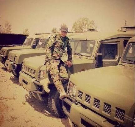 近日,一位叙利亚海军陆战队士兵在推特上发布了一条信息,说在拉塔基亚的叙军收到了来自中国的援助,其中就包括疑似国产北汽勇士军车,只是所有的车标都已经去掉了。