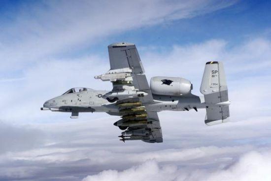 携带大量武器的A-10攻击机