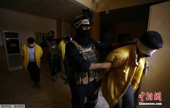 资料图:疑似IS武装分子的男子身穿黄衣,被伊拉克特种兵逮捕。