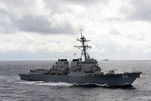 """资料图:闯入中国南海岛礁12海里的美军""""拉森""""号驱逐舰"""