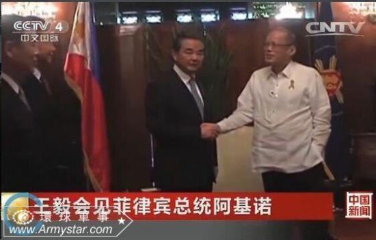 菲律宾总统阿基诺在和王毅握手时,另一只手插在兜里