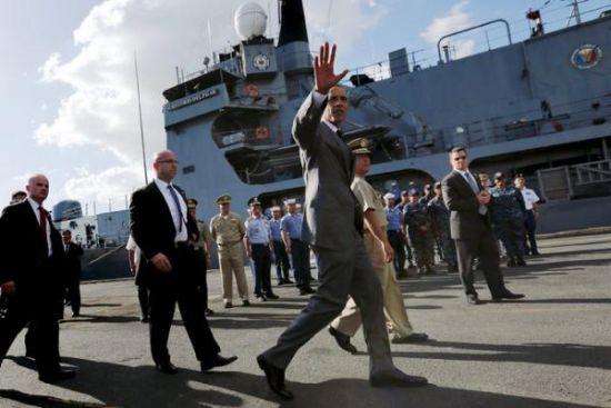 """奥巴马登上停泊在码头的""""德尔毕拉尔""""号护卫舰"""