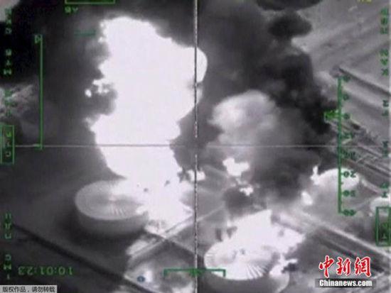 炼油厂陷入火海。
