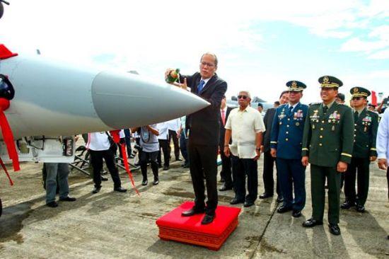 菲律宾总统阿基诺为FT-50浇酒祝福