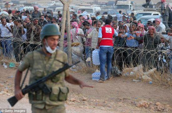 驻守在边界限上阻遏灾黎的土耳其甲士