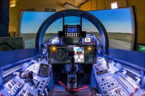 近日,俄罗斯航空摄影师Marina Lystseva拍摄了苏-35战斗机模拟训练系统画面。这款模拟训练器的内部布置与苏-35战斗机座舱基本一样,各类操纵杆、仪表一应俱全,还原程度很高。