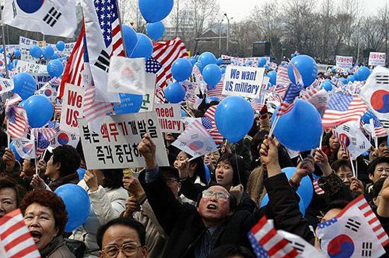 要求美军留在韩国的游行队伍,表情好销魂……