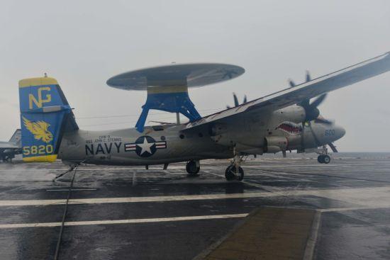 近日,美国海军斯坦尼斯号航空母舰在太平洋海域进行了舰载机起降训练。从美国海军官方公布的一张照片可以看到,一架E-2C预警机在降落航母时,由于受到巨大的冲击力,机体表面蒙皮甚至发生了褶皱的现象。