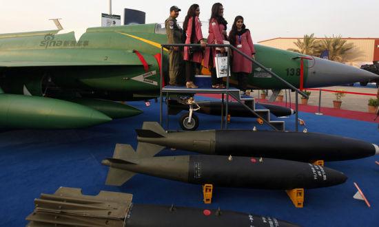2014年12月,巴基斯坦防务展举行,有中国制造各种武器亮相吸引眼球。防务展吸引来自世界各地的企业,当然少不了中国身影。而巴铁美女对枭龙也是十分喜爱,这不赶紧合影呢!