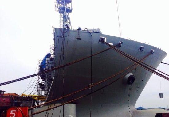 中国半潜船可用在机动登陆作战,图为半潜船前艏
