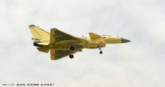 """近日,网友拍摄到照片显示,国产歼-10B型战斗机进行了密集的升空试飞。值得关注的是,试飞的歼-10B中有刷涂编号""""151""""的""""黄皮机"""",也有刷涂了中国空军灰色涂装的新机。"""