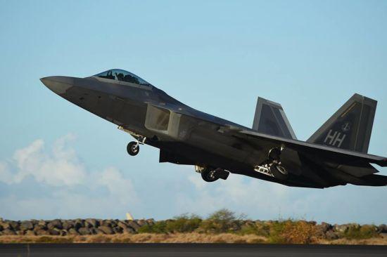 2015年6月6日,是美国空军猛禽战机部队疯狂的一天。驻扎在夏威夷珍珠港希卡姆联合基地的,美国空中国民警卫队第第199战斗机中队和第19战斗机中队所属的F-22A战机,一口气起飞了62架次,创下了猛禽部队的飞行记录。此次训练的目的就是要检验整个飞机联队的出勤率,真够任性的!
